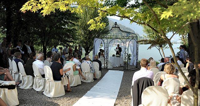 Romantic ceremony on the lake